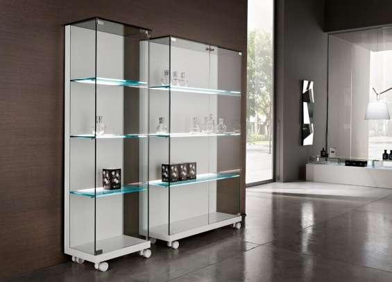 Confección de estantes y urnas de lujo